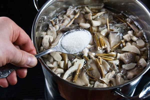 добавление в вёшенки соли и сахарного песка