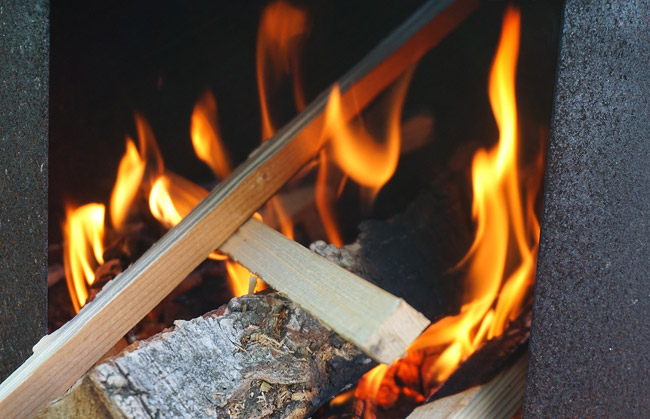 горящая головешка под казаном