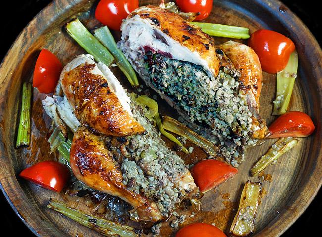 сервировка и подача курицы, фаршированной кашей с потрошками