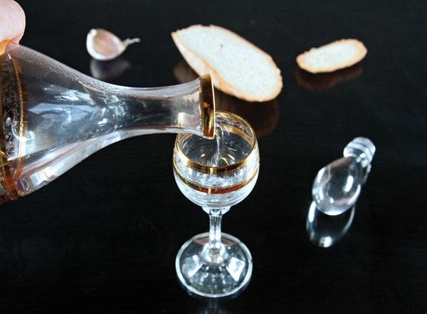 рюмка холодной водки перед дегустацией хаша