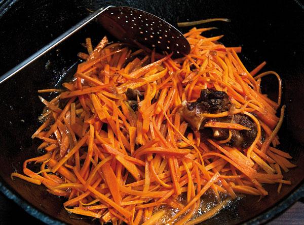 добавление и обжарка моркови в плове по-фергански