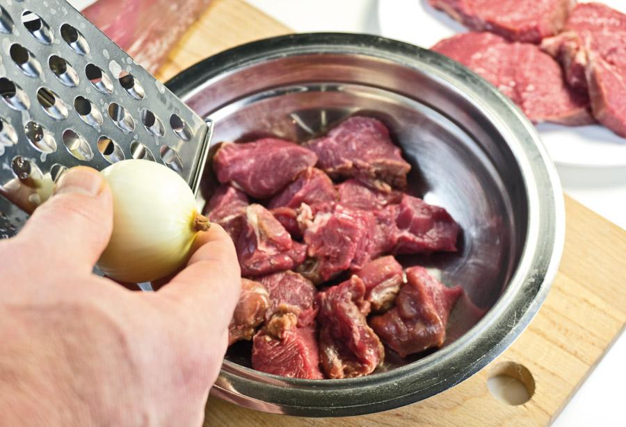 добавление тертого лука в маринад для шашлыка