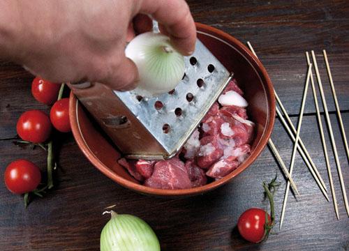 добавление лука в маринад для шашлыка в духовке