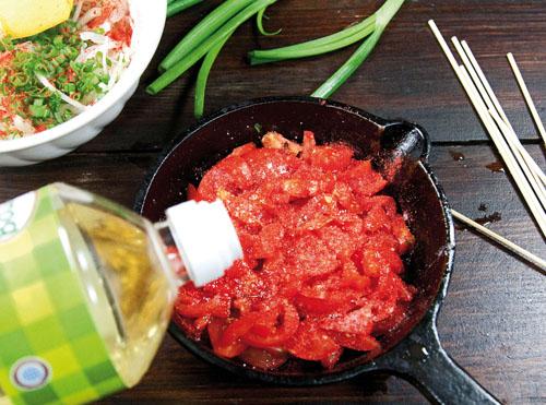 подготовка соуса для шашлыка в духовке - помидоры, специи, масло