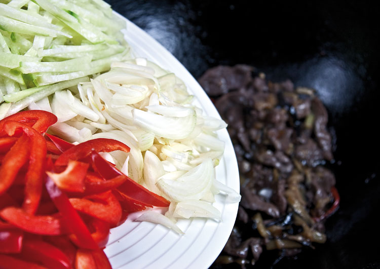 добавление редьки, лука и болгарского перца