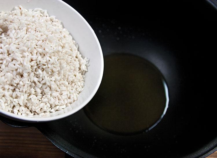 начало предварительной обжарки риса для батты (ганфана)