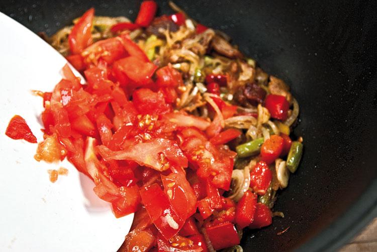 добавление помидоров в подливу для батты (ганфана)