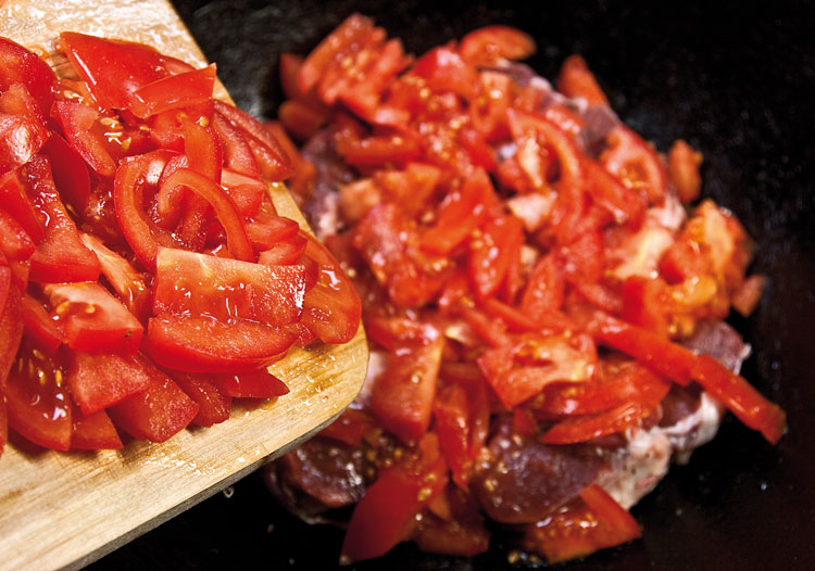 закладка помидоров поверх мяса