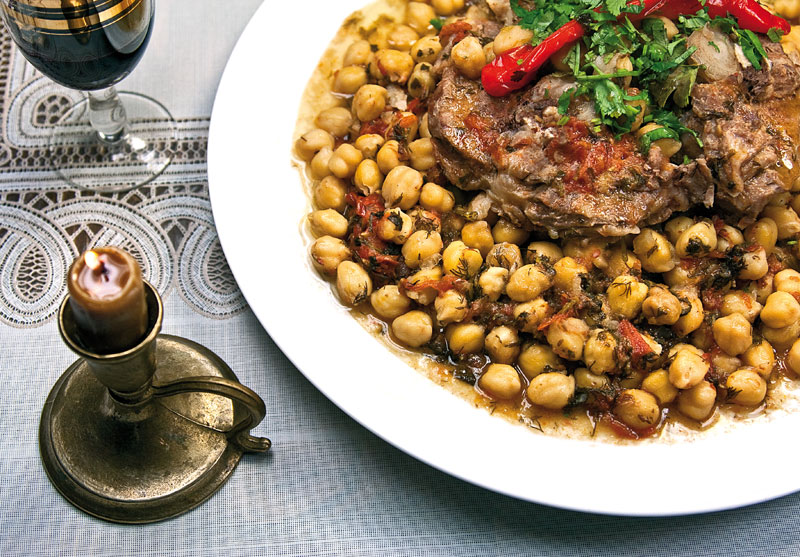 подача и сервировка гушт-нута - мяса и нута с овощами в собственном соку