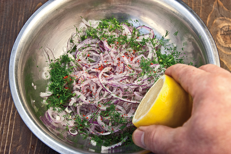 подготовка лука для сервировки казан-кебаба
