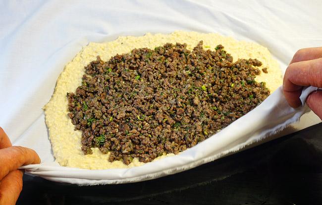 формирование пирога с помощью салфетки - один край