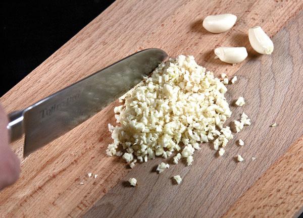 подготовка чеснока для баклажанов