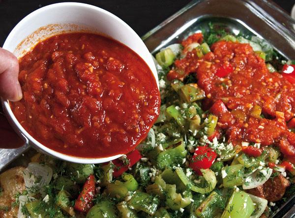 распределение томатного соуса среди обжаренных овощей