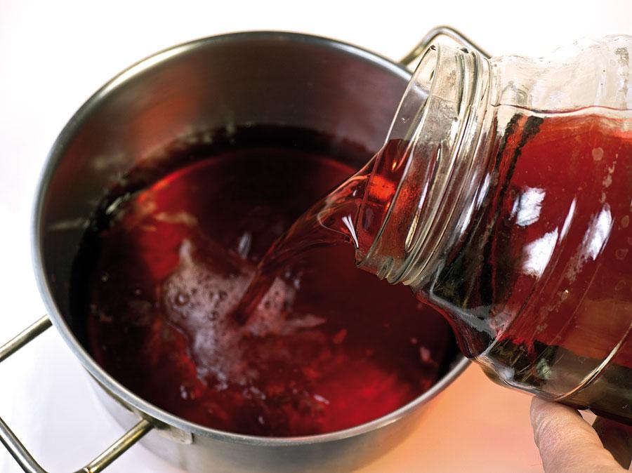 начало естественного осветление вина из красной смородины
