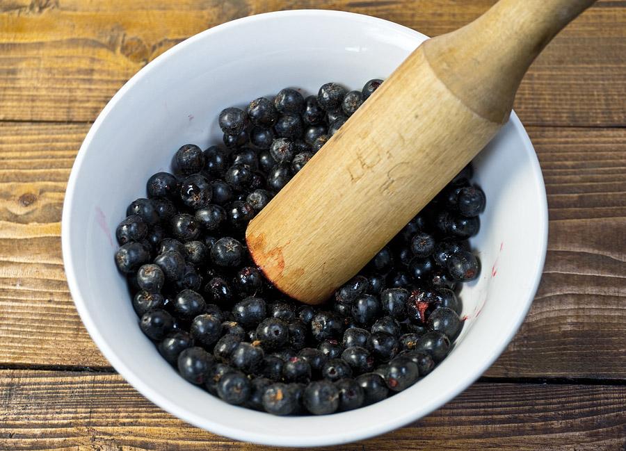 приготовление закваски для брожения: измельчение ягод
