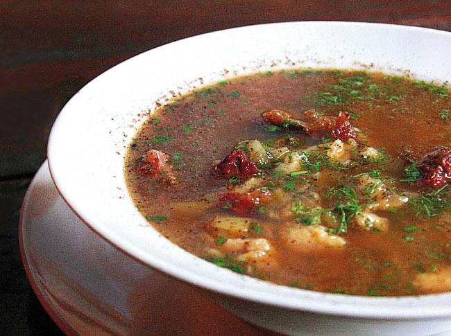 суп с клецками на красном бульоне