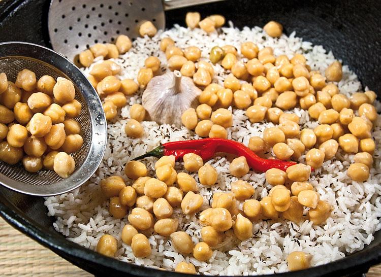 добавление на рисовый слой чеснока, перца и гороха нут