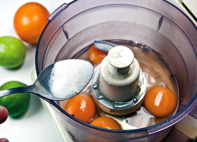 взбивание яиц с добавлением сахара