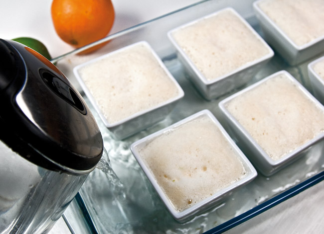 добавление в противень с формочками крема-карамели теплой воды