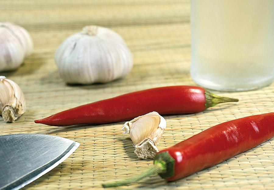 компоненты настойки: перец, чеснок, водка