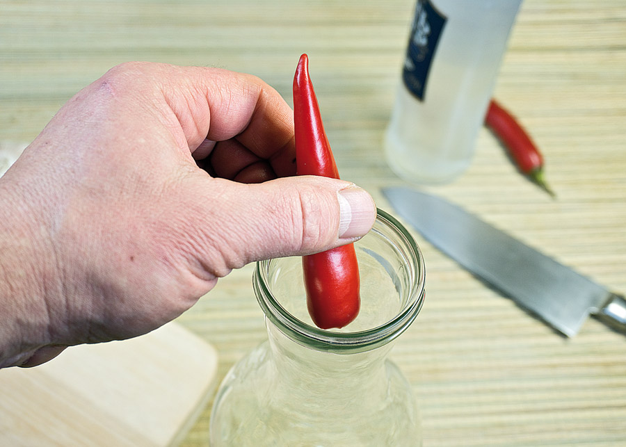 укладка перечного стручка в посуду для настойки
