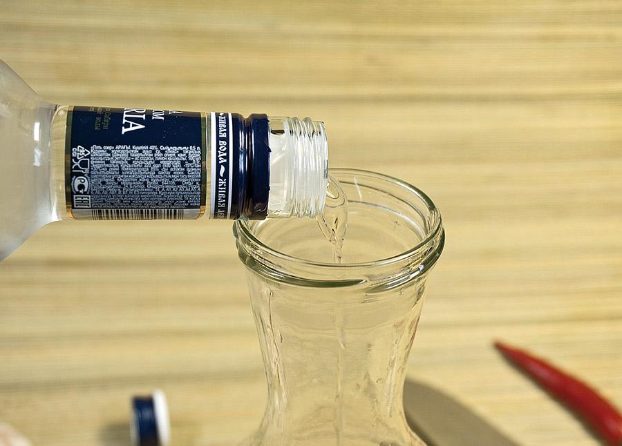 добавление водки к перцу и чесноку