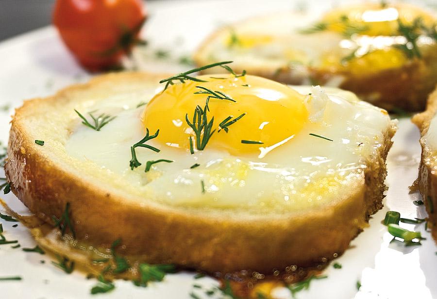 яичница в хлебном ломтике