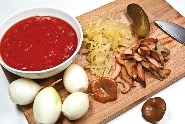 подготовка огурцов и грибов для сборной мясной солянки