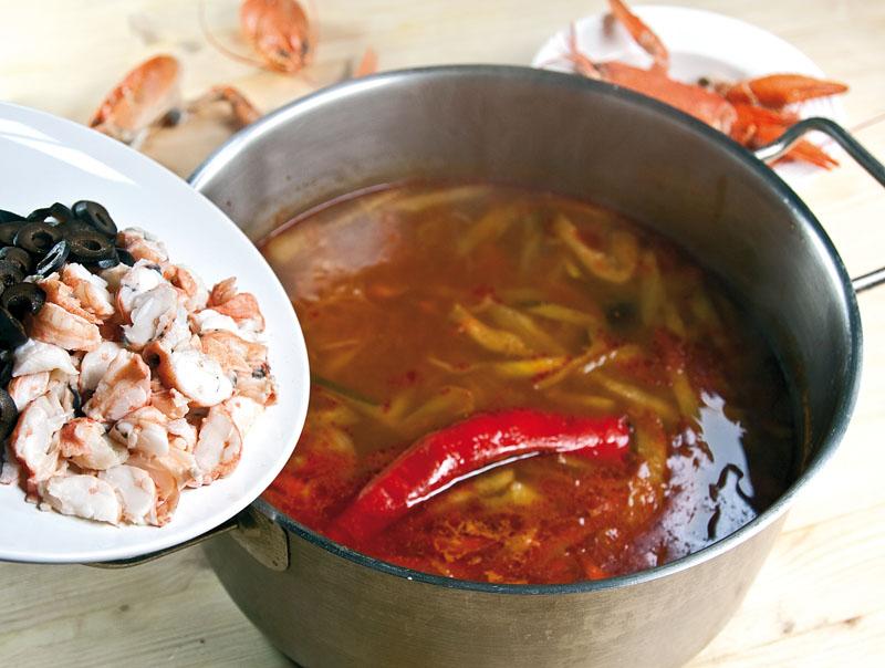 добавление мякоти раков и оливок в сборную рыбную солянку