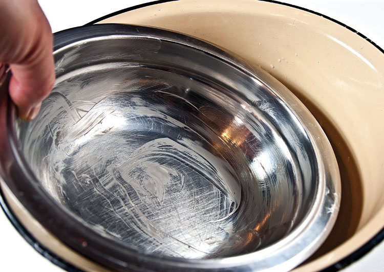 погружение миски для парварды в емкость с водой