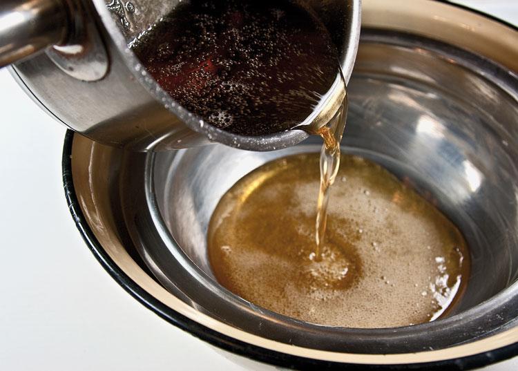 вливание сиропа в посуду, омываемую холодной водой