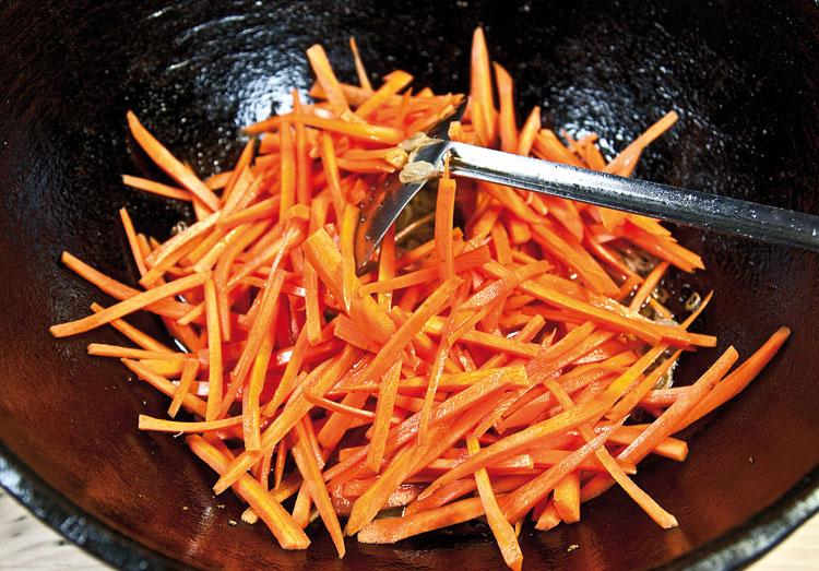 обжарка моркови для плова с вишней и с курицей