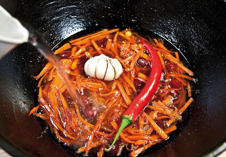 добавление воды, перца и чеснока при приготовлении плова с вишней и с курицей