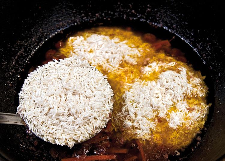 добавление риса в соус зирвак для плова с вишней и с курицей