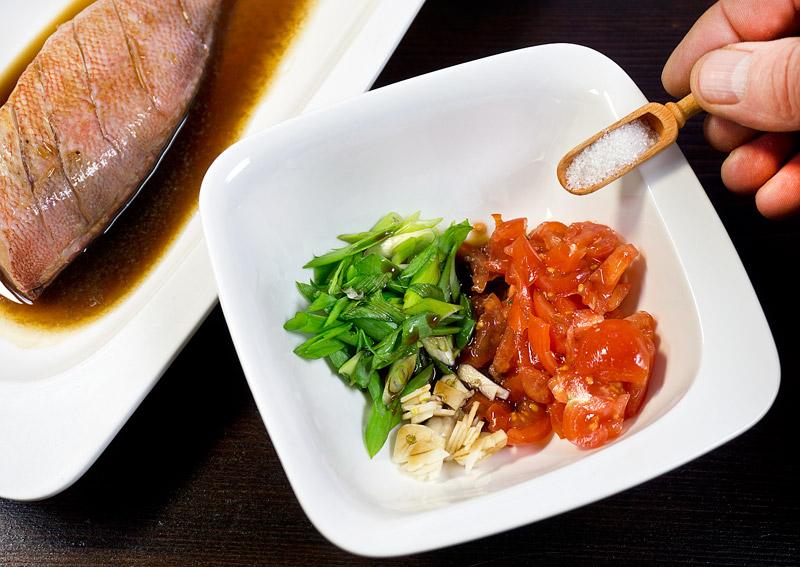 добавление сахара в овощную часть рыбного супа