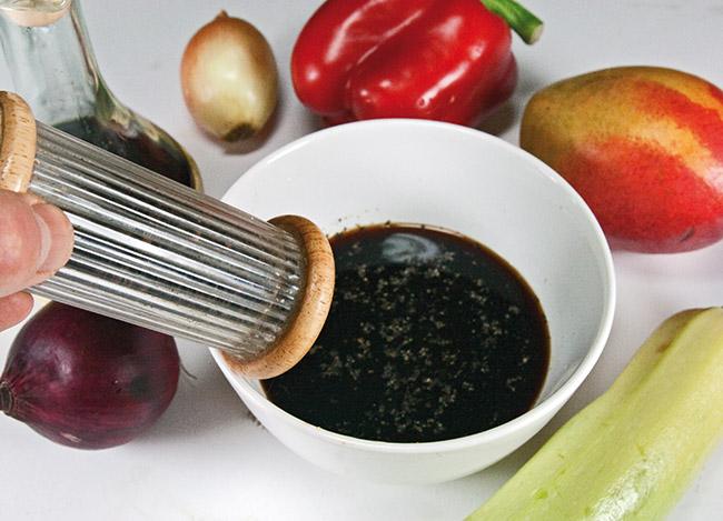 добавление в маринад свежемолотого черного перца